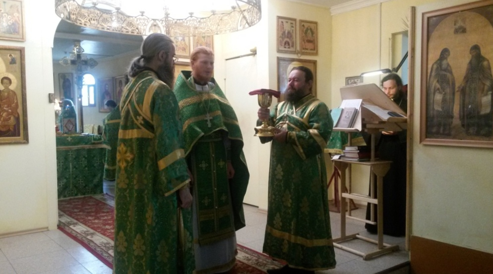 иеромонах Нестор готовится к Причащению прихожан