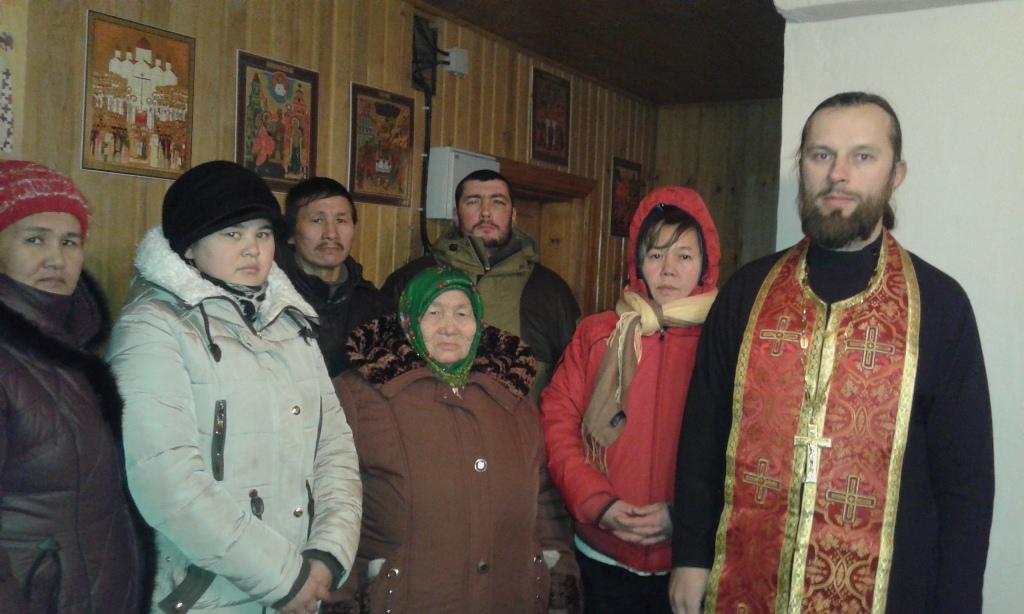 Иерей Алексей Корчинский с жильцами сгоревшего дома