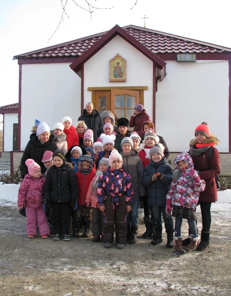 Воспитанники воскресной школы монастыря с дончанами.