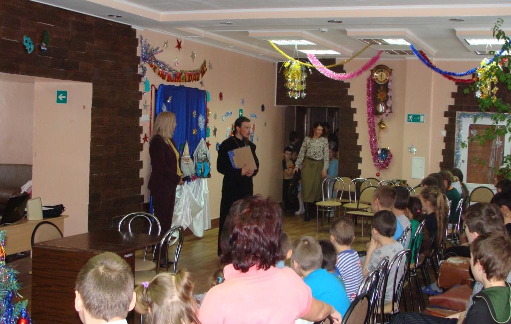 Отец Феодор приносит в дар детскому учреждению икону Рождества Христова