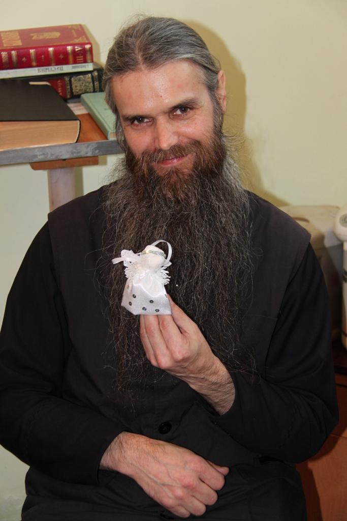 """Отец Агапий с """"Ангелом"""", произведением ручной работы учащихся Воскресной школы"""