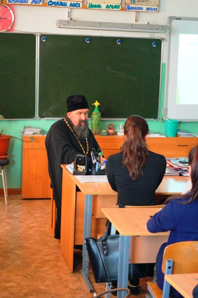 Душевная беседа с батюшкой с учениками школы в Соболево