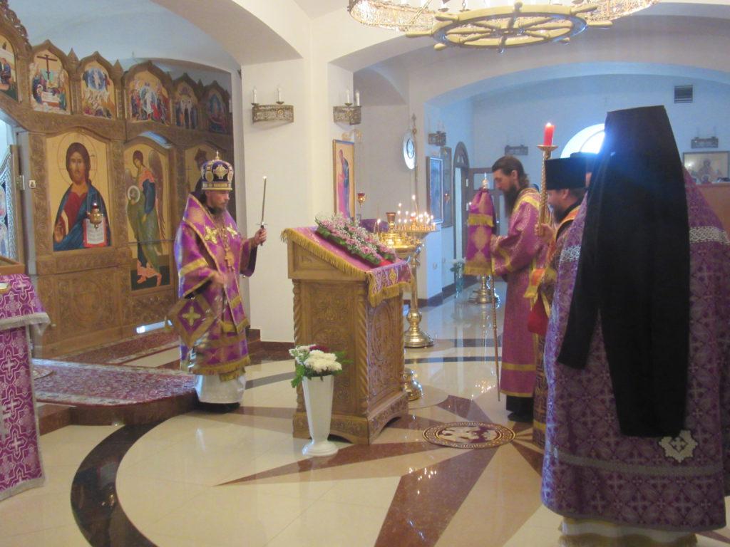 В день Воздвижения Креста Господня епископ Вилючинский Феодор  совершил Божественную литургию в Камчатском Морском соборе